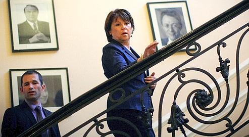 Martine Aubry, suivie par Benoît Hamon, retourne dans son bureau après s'être exprimée devant la presse, dimanche soir à Solferino.
