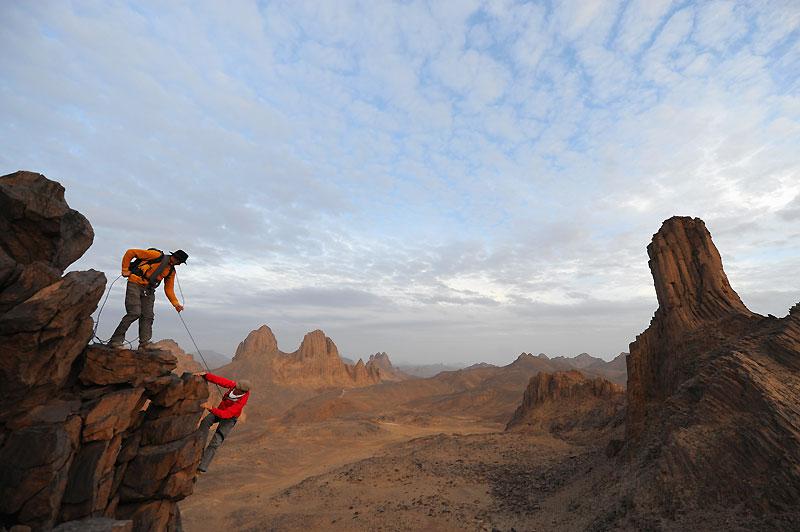 Les reliefs de l'Assekrem offrent aux grimpeurs un terrain de jeu unique, à l'ombre de la pointe de Foucauld.