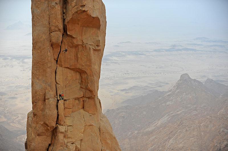 La cordée conduite par Daniel Du Lac descend en rappel du sommet de la Takouba après l'ouverture de la voie Direct Medica.