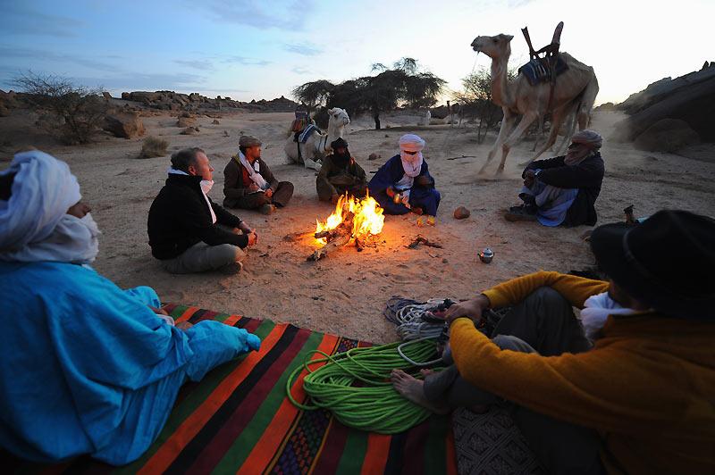 Le feu, le thé, la nuit étoilée, ingrédients éternels des bivouacs touaregs.