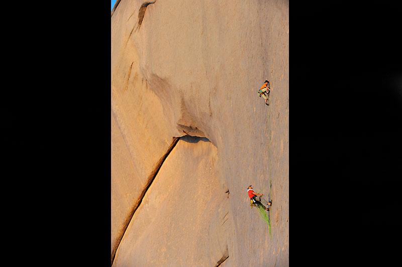 Sur les immenses dalles de Tesnou, Sylvain Tesson assure Daniel Du Lac dans une voie du 7edegré.
