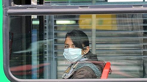 Une jeune Colombienne se protège de l'épidémie dans les transports en commun de Bogota.