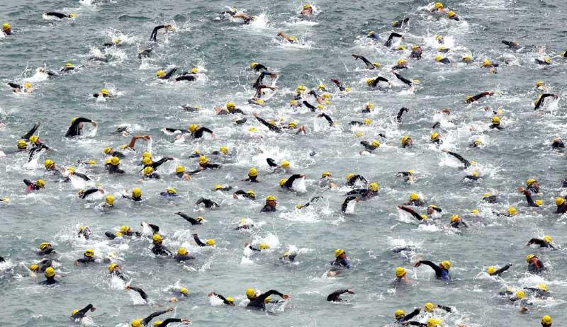 Sur les plages de Samcheok, en Corée du Sud, plusieurs centaines d'amateurs se sont rassemblés pour une grande compétition de Triathlon.