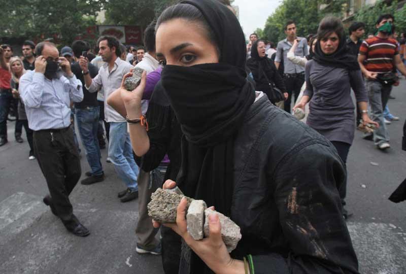 En Iran, les manifestations rassemblant plusieurs centaines de milliers de personnes contre la réélection de Mahmoud Ahmadinejad continuent à Téhéran. Même les femmes se mêlent aux émeutes, lors desquelles sept personnes ont été tuées hier lundi.