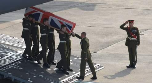 Rapatriement d'un soldat britannique tué en Irak, en avril 2007. Très impopulaire en Grande-Bretagne, la guerre a causé la mort de 179 militaires en six ans.