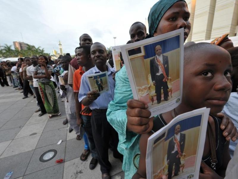 De longues files silencieuses se forment chaque jour devant les portes de salles de bal du palais présidentiel de Libreville où le cercueil d'Omar Bongo est exposé, pour rendre un dernier hommage à «Monsieur le président».
