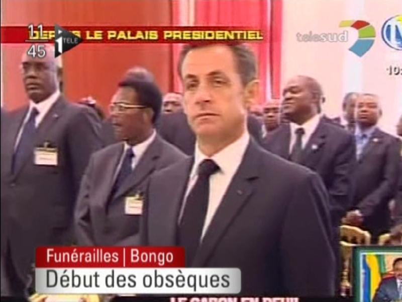 L'accueil du président français a été mouvementé : Nicolas Sarkozy a été hué par plusieurs dizaines de Gabonais à son arrivée au palais présidentiel de Libreville. Une cinquantaine de personnes l'ont même pris verbalement à partie, lui lançant à distance: ''On ne veut plus de vous, partez!'', «Bois, pétrole, manganèse, on vous a tout donné».