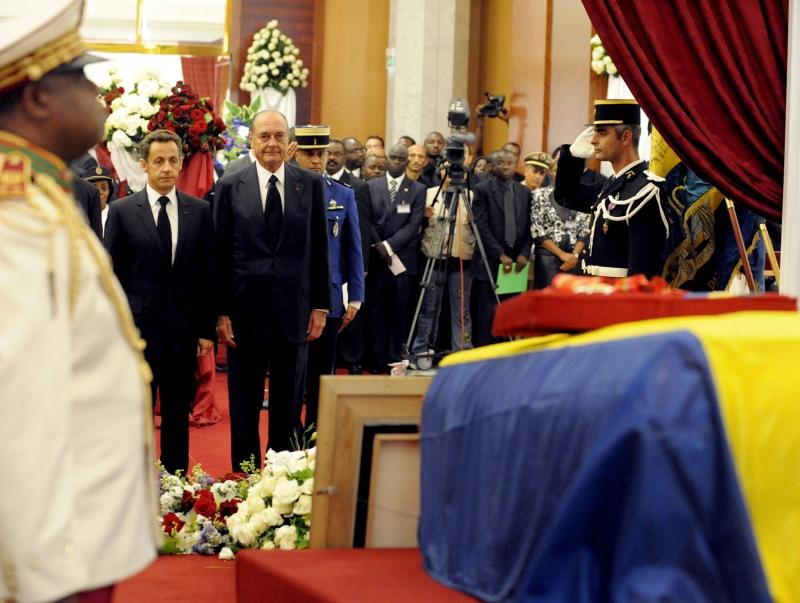 Seuls chefs d'Etat occidentaux présents lors de la cérémonie, le président Nicolas Sarkozy et son prédécesseur Jacques Chirac, ami proche du défunt, ont rendu, côte à côte, un dernier hommage au chef d'Etat gabonais mardi à Libreville.