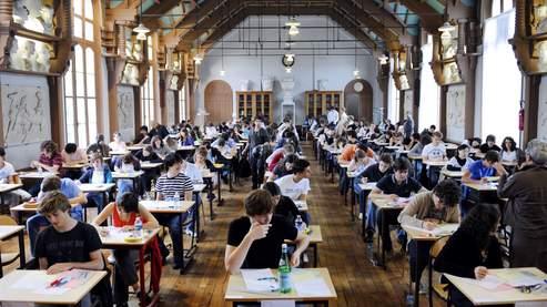 Des élèves de terminale travaillent au lycée Chaptal à Paris sur l'épreuve de philosophie du baccalauréat.