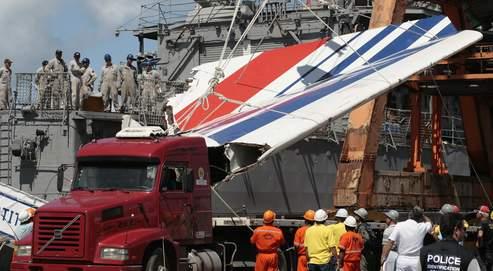 Des morceaux de l'Airbus A 330 repêchés en mer sont déposés par la marine brésilienne dans le port de Recife.