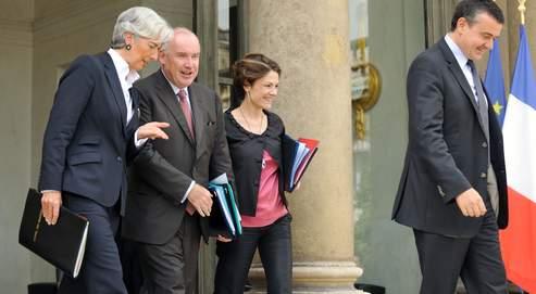 Christine Lagarde, ministre de l'Économie, de l'Industrie et de l'Emploi, et les secrétaires d'État Dominique Bussereau, Chantal Jouannoet Yves Jégo, chargés respectivement des Transports, de l'Écologie et de l'Outre-Mer, à la sortie du Conseil des ministres mercredi.