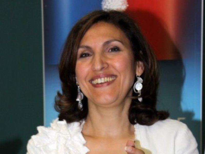 />Nora BERRA</b>, secrétaire d&rsquo;Etat chargée des Aînés. Cette conseillère municipale de Lyon est présentée depuis les Européennes comme le nouveau visage de la diversité de la majorité. Cinquième sur la liste UMP emmenée par Françoise Grossetête dans la région Sud-Est, Nora Berra, 46 ans, a été élue au Parlement européen lors du scrutin du 7 juin dernier. Elle entre donc au gouvernement alors que Nicolas Sarkozy avait promis en début de campagne que les candidats élus iraient siéger à Strasbourg. Cette fille d'un tirailleur algérien, médecin de formation, a travaillé à l&rsquo;hôpital Edouard-Herriot, à Lyon, avant de rejoindre en 1999 l&rsquo;industrie pharmaceutique.&nbsp;&raquo; /></p> <p align=