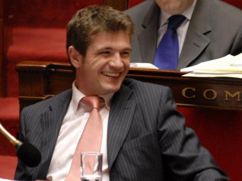 />Benoist APPARU</b>, secrétaire d&rsquo;Etat chargé du Logement et de l&rsquo;Urbanisme. Le jeune adjoint au maire de Châlons-en-Champagne, 39 ans, a été élu député de la Marne en 2007. Il a été notamment en mai 2009 le rapporteur de la mission d&rsquo;information parlementaire sur la réforme du lycée. &nbsp;&raquo; /></p> <p align=