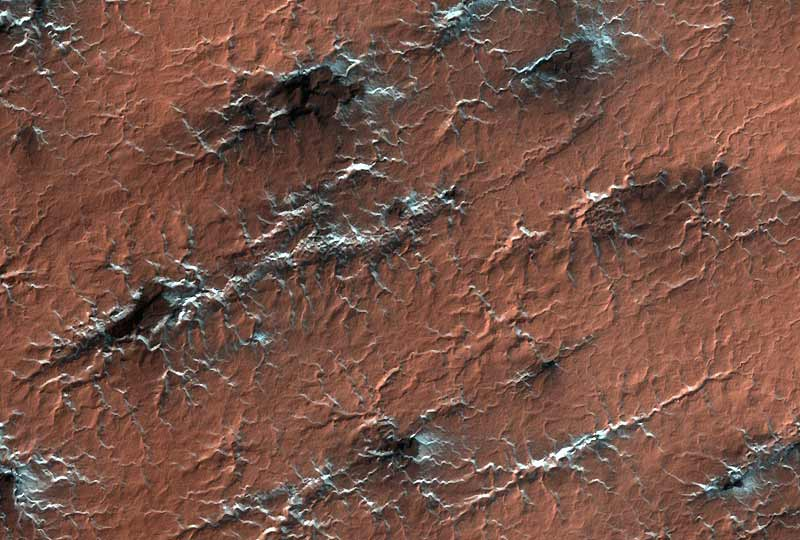 Ce cliché magnifique et les trois suivants ont été pris par la sonde MRO, qui photographie Mars à partir d'une orbite très basse - 320 km-, permettant une résolution de moins d'un mètre au sol. Ils ne font que confirmer l'ancienne présence d'eau sur cette planète (démontrée depuis trois ans) mais apportent deux grandes nouveautés : cette présence est plus récente (de 300 millions d'années) qu'on ne le croyait, et l'on sait désormais avec certitude où se trouvaient certains lacs. Ce qui permettra d'y envoyer bientôt des robots (ou des hommes ?) à la recherche de fossiles, qui permettront peut-être eux-mêmes de percer enfin le mystère du passé biologique martien.