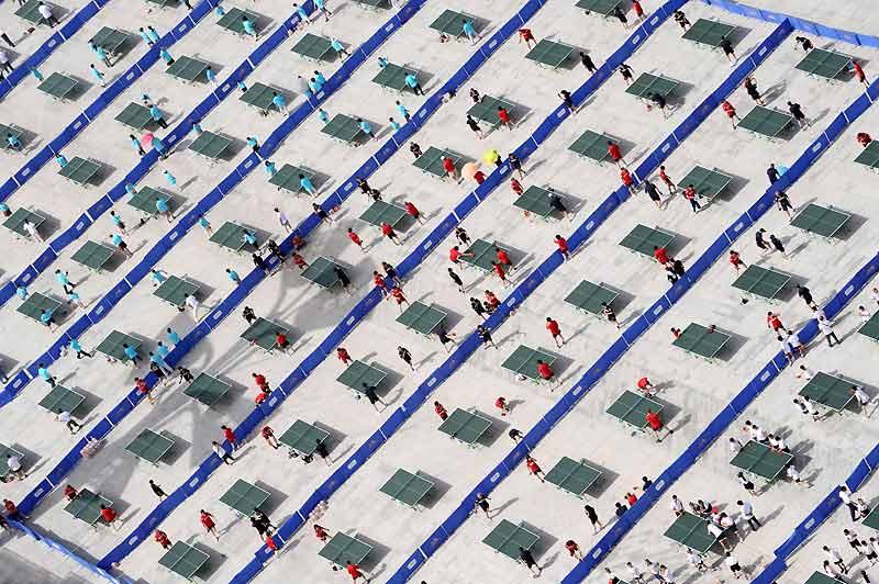 Saisi à l'occasion du 7e Festival sportif de Pékin, ce cliché illustre l'énorme problème qui se pose aujourd'hui aux pongistes chinois : surentraînés à ce sport national depuis la prime enfance, ils sont trop doués ! Plus personne ne pouvant les battre ni ne voulant les affronter, le ping-pong pourrait même être retiré des compétitions internationales, dont les Jeux olympiques. Ce qui a convaincu les Chinois d'appliquer au plus vite trois types de solutions vraiment radicales : expédier leurs entraîneurs à l'étranger, publier toutes leurs recherches sur ce sport, et interdire à leurs meilleurs athlètes de participer au championnat du monde !