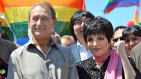 Liza Minnelli, marraine cette année de la marche des fiertés, accompagnée par Bertrand Delanoë, maire de Paris.