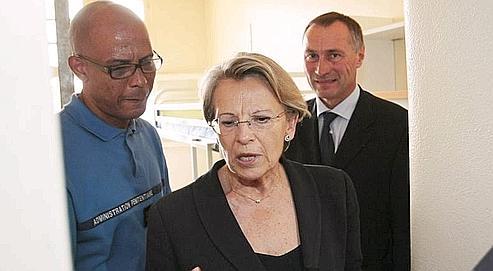 Michèle Alliot-Marie et Jean-Marie Bockel (à droite), lors de leur visite de la maison d'arrêt de Fresnes, vendredi.