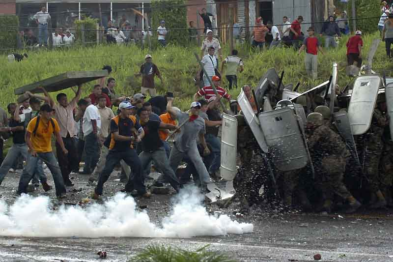 Honduras. L'armée croise le fer avec les partisans du président déchu Manuel Zelaya qui reçoit le large soutien de la communauté internationale et particulièrement de Barack Obama.