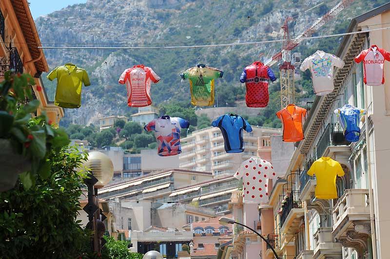 Quelques jours avant le départ de la 96ème édition du Tour de France, des tee-shirts de cyclistes sont suspendus dans une rue de la principauté de Monaco.