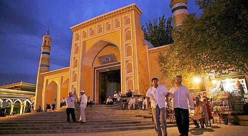 Les abords de la vieille mosquée Aïd Kah au centre de Kachgar, aux confins de la province asiatique du Xinjiang. Depuis les travaux entamés à la fin des années 1990, plus de la moitié de la vieille ville a déjà été détruite. Et la modernisation à outrance continue aujourd'hui.