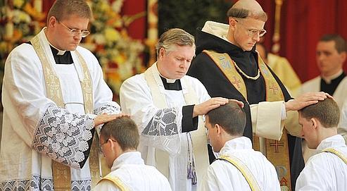 Des prêtres sont ordonnés par des membres de la Fraternité saint Pie X à Zaitzkofen, en Allemagne, samedi. Ces ordinations annuelles ont été qualifiées d'«illégitimes» par le Vatican, le 17 juin dernier.