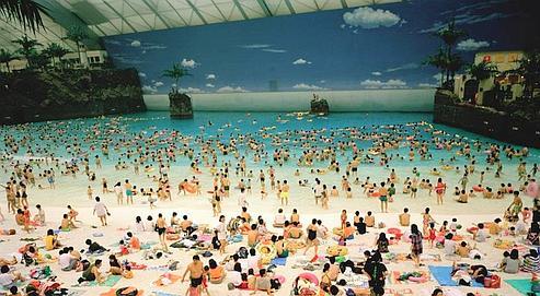 Plage artificielle dans le Dôme Océan, Miyazaki, Japon, 1996 (© Martin Parr/Magnum Photos).