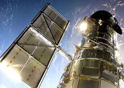Photo prise depuis la navette Atlantis juste après la saisie du téléscope Hubble par le bras robotisé d'Atlantis. Crédit photos : NASA