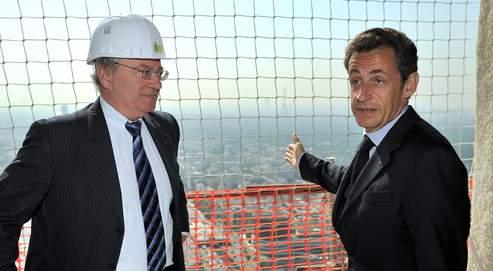 Le chef de l'État (ici avec le préfet de région, Daniel Canepa) s'est rendu mardi à La Défense.