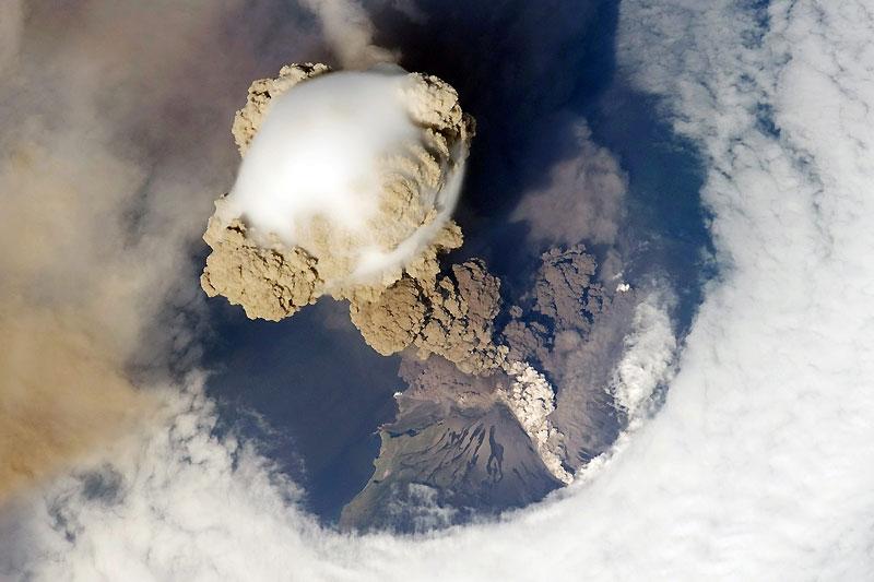 C'est presque accidentellement que la station spatiale internationale a saisi ce cliché, le 12 juin dernier, à la faveur d'une trouée dans les nuages. Mais à le voir, on comprend mieux pourquoi les avions de ligne font d'énormes détours pour croiser très au large des éruptions volcaniques. Celle-ci, qui s'est produite sur les îles Kouriles, au nord-est du Japon, montre fort bien comment les cendres s'élèvent d'abord en forme de champignon atomique en s'agglutinant de façon aussi compacte que dans un récif corallien, avant d'être dispersées par les vents ; trois jours après ce cliché, on en a retrouvé à plus de 2400 kilomètres de là, en direction du sud-est.