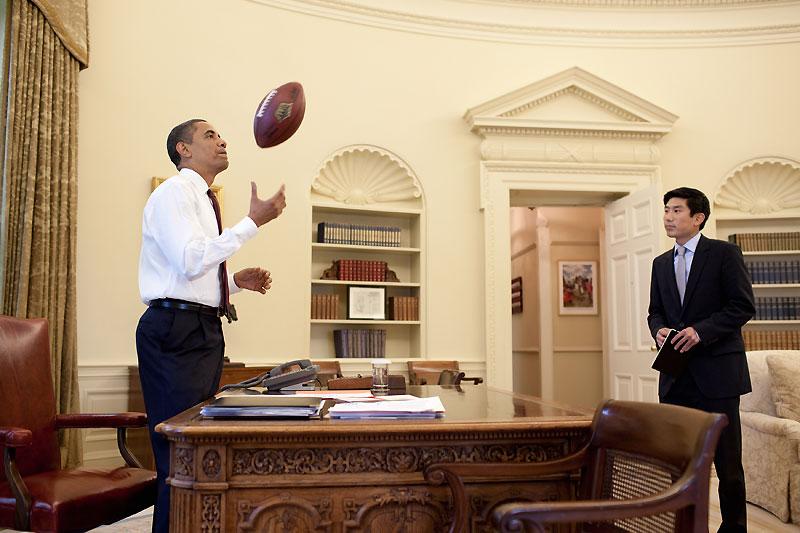 Moment de détente du président Obama, dans son bureau de la Maison-Blanche, quelques heures avant les fêtes de l'Indépendance américaine. Son assistant Eugene Kang ne semble pas surpris.