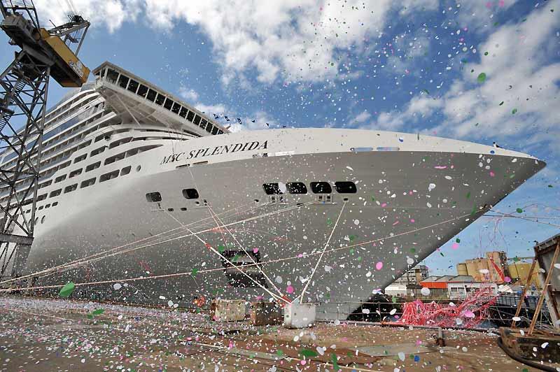 Les chantiers navals de Saint-Nazaire ont livré en grande pompe un nouveau paquebot géant à l'armateur italien MSC. Le «Splendida», long de 333 mètres et haut de 67 mètres, pourra transporter 3 959 passagers.