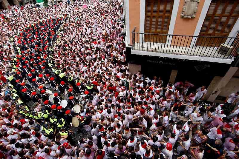 Les fêtes de Pampelune, qui attirent chaque année des centaines de jeunes, ont débuté avec le traditionnel «chupinazo», donnant le coup d'envoi de neufs jours de fête taurine et de nuits arrosées.