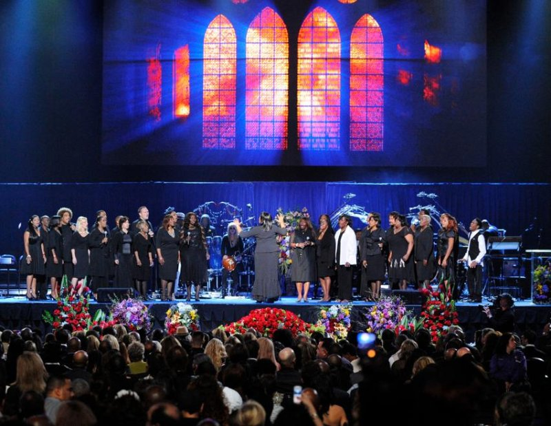 Le groupe de Gospel Andrae Crouch Singers ouvre la cérémonie en chantant ''We are going to see the King, Hallujah''.