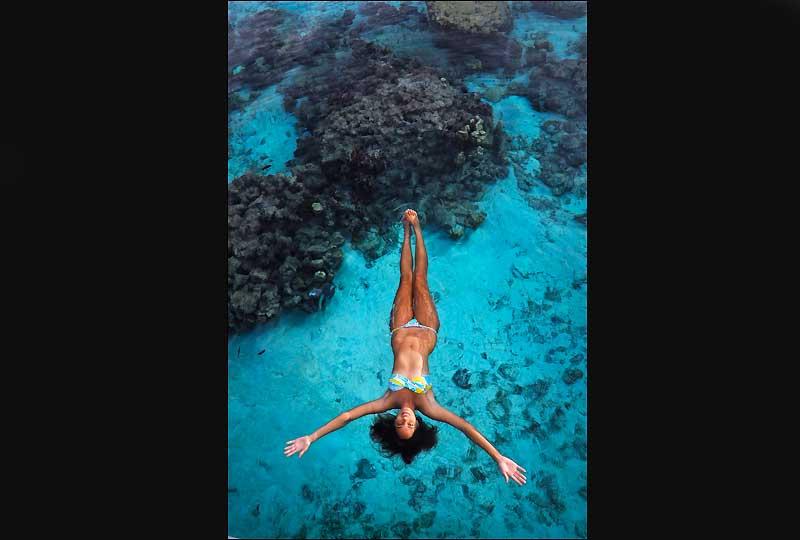 Une eau si cristalline qu'il est impossible de juger de la véritable profondeur et de la distance entre les «patates» de coraux et la surface.