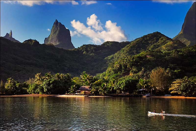 À deux pas de la plage, les montagnes s'élèvent, déchiquetées, couvertes de forêts et souvent prises dans les nuages.