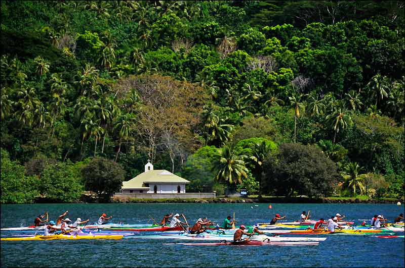 En Polynésie, les courses de «vaa» (pirogues), surtout la Hawaiki Nui, la plus célèbre, passionnent tout le monde.