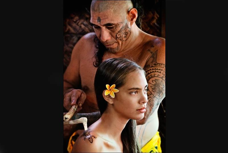 Tatouage à l'ancienne avec un peigne au Tiki Village.