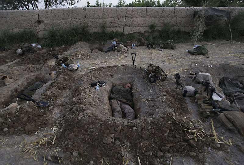 Les troupes britanniques et américaines mènent actuellement avec les forces afghanes deux opérations distinctes dans la province d'Helmand, appelées respectivement Griffe de panthère (Panchai Palang) et Poignard (Khanjar). Elles visent notamment à sécuriser la région dans la perspective des élections présidentielle et provinciales du 20 août prochain. Ici, des Marines s'endorment dans des trous de combat dans la région du Helmand.