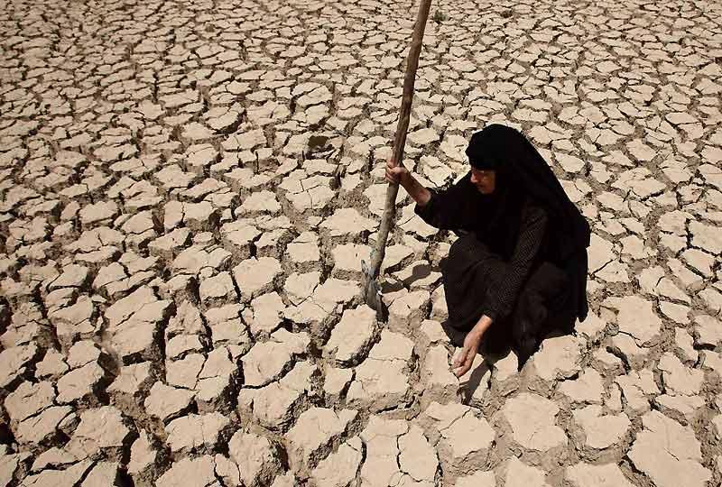 Une fois de plus, les Irakiens doivent supporter les pire maux : les actes de terrorisme, l'insécurité, la guerre, et maintenant les méfaits du manque d'eau. Selon les autorités irakiennes, la désertification du pays et la sécheresse qui dure depuis deux ans ont amplifié le phénomène des tempêtes de sable, qui touche toute la région, de l'Arabie Saoudite à l'Iran.