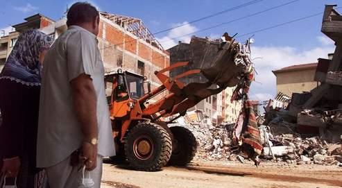 Le 22 août 1999, des survivants du tremblement de terre assistent aux travaux de déblaiement à Izmit, à 100 km d'Istanbul.