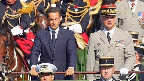Nicolas Sarkozy (ici aux côtés du chef d'état-major des armées, Jean-Louis Georgelin), a salué le travail «remarquable» de l'armée.
