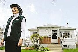 Arlyne Reichert, vénérable habitante de Great Falls, devant la maison que son mari a construite dans les années 40. (Crédit : Anne Sherwood pour Le Figaro)