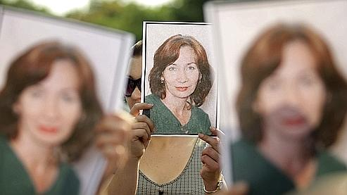 Des manifestants lèvent des portraits de Natalia Estemirova en signe de protestation contre son assassinat jeudi.