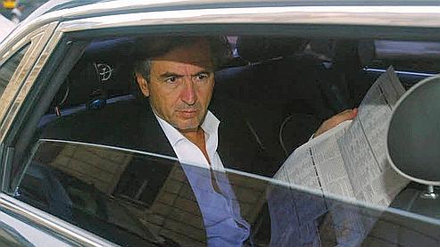 Bernard-Henri Lévy dans sa voiture, fin 2006 rue de Solférino à Paris, où se trouve le siège du Parti socialiste. (Martine Archambault / Le Figaro)