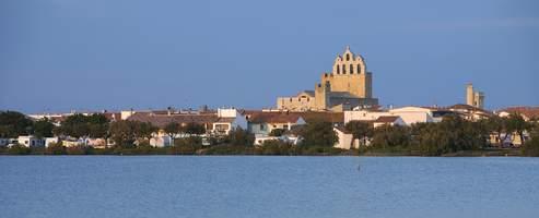 Les Saintes côté étang des Launes, dominée par l'église qui abrite la statue de Sara, la madone des gitans.