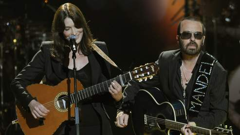 Carla Bruni a chanté en duo avec Dave Stewart, la moitié d'Eurythmics, « Quelqu'un m'a dit ».