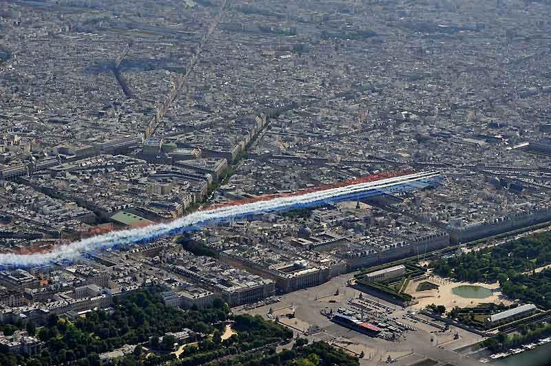 L'édition 2009 du 14 juillet aura fait la part belle à l'armée de l'air, qui fêtait ses 75 ans. En ouverture du défilé, des dizaines de milliers de spectateurs ont pu apprécier la prestation très colorée de la Patrouille de France larguant au-dessus des Champs-Élysées ses fumigènes bleus, blancs et rouges ainsi que deux chevrons déployant les chiffres 7 et 5. Le défilé aérien affichait 50 avions de l'armée de l'air et 10 de la Marine nationale en ouverture. La clôture mettait en scène 31 hélicoptères : 16 de l'aviation légère de l'armée de terre, 7 de la Marine nationale, 8 de l'armée de l'air... sur l'air de La Chevauchée des Walkyries, de Richard Wagner.
