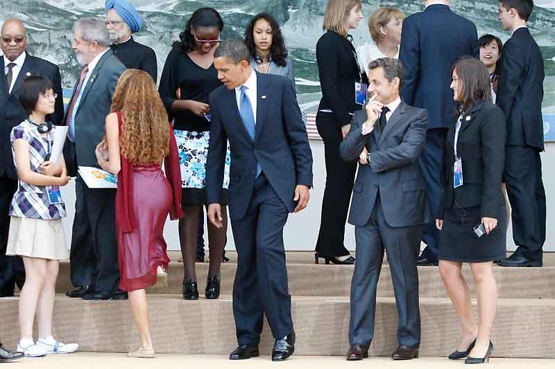 Cette image attrapée le 9 juillet pendant le G8 à L'Aquila, en Italie, prête à interprétations. L'instantanéité du cliché tend à révéler un président américain attentif aux formes équilibrées de la jeune déléguée brésilienne Mayora Tavares. On a beau être président de l'État le plus puissant de la planète, on n'en demeure pas moins homme. Cependant, les commentateurs de la chaîne de télévision américaine ABC News ont pris le soin de visionner l'intégralité de l'enregistrement vidéo où on voit Barack Obama davantage préoccupé par son placement sur l'estrade que par la robe de sa voisine. Le président Sarkozy semble, quant à lui, amusé par cette situation.