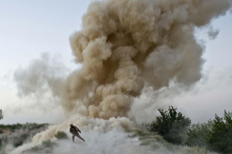 Sous l'objectif du photographe, un soldat américain tente d'échapper à une pluie d'obus tirés par les talibans. Deux de ses amis du 2e corps expéditionnaire,moins chanceux, viennent d'y laisser leur vie, incarcérés dans leur véhicule blindé, en voulant ouvrir avec lui une route afghane du district de Garmsir qui mène à Helmand. Depuis début juillet, 4 000 marines ont lancé une offensive visant à contrôler ce bastion taliban, importante région productrice de pavot. Il s'agit pour les autorités afghanes et américaines de permettre par la même occasion la tenue d'élections le 20 août prochain pour désigner le Président et les représentants provinciaux.