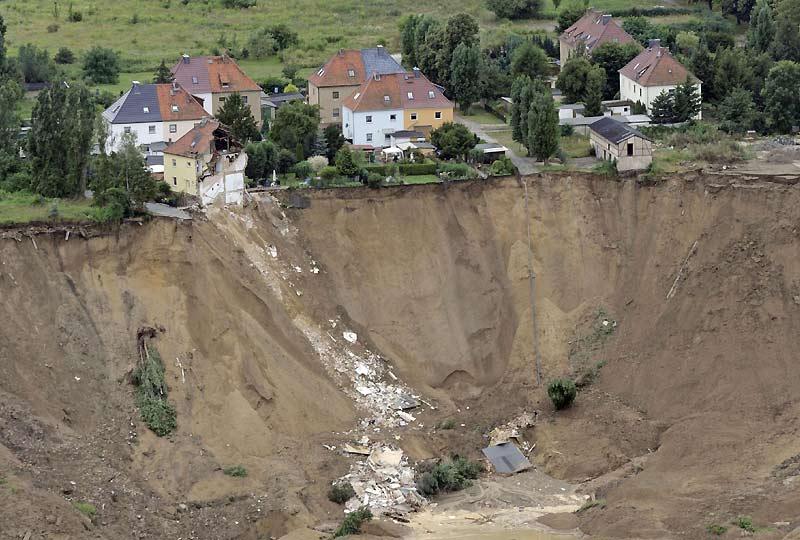 Des centaines de secouristes sont toujours à pied d'œuvre à Nachterstedt, dans le centre de l'Allemagne, où un spectaculaire glissement de terrain a emporté deux maisons sur plusieurs centaines de mètres, tuant probablement trois personnes. La catastrophe a touché une rue tranquille située à 120 mètres environ du bord d'une ancienne mine de charbon à ciel ouvert, une cavité transformée ces dernières années en un lac artificiel de 3,5 km2.